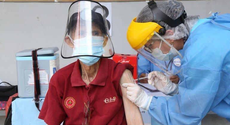 Un hombre mayor en Perú recibe la vacuna del COVID-19