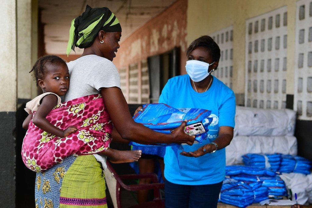 L'UNICEF distribue des fournitures essentielles aux familles en Côte d'Ivoire pendant la pandémie de Covid-19.