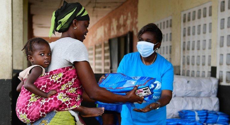 منظمة اليونيسف توزع المستلزمات المهمة للعائلات في كوت ديفوار خلال جائحة كوفيد-19.