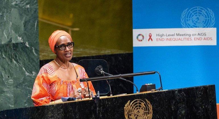 ويني بيانيما، المديرة التنفيذية لبرنامج الأمم المتحدة المشترك المعني بفيروس نقص المناعة البشرية / الإيدز، تلقي كلمة خلال الاجتماع رفيع المستوى في الجمعية العامة حول الإيدز (8-6-2021).
