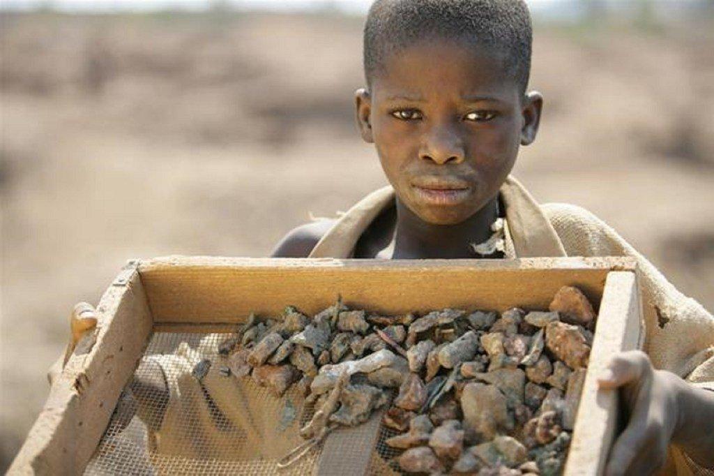 Mtoto mkazi wa Kipushi jimboni Katanga-Juu nchini DRC akiwa amebeba chekecheo la madini ya shaba.