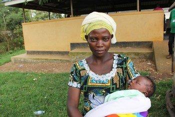 Une jeune femme avec son bébé en Ouganda.