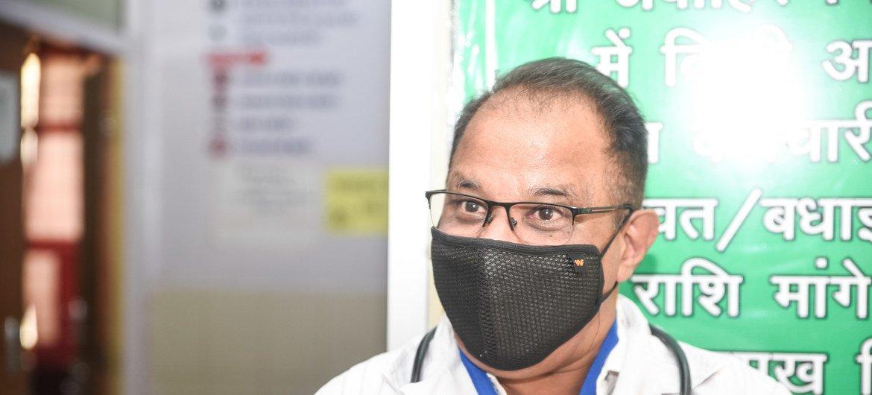 डॉ. रबीन्द्र सांखला, जैसलमेर के ज़िला अस्पताल में एकमात्र स्त्री रोग विशेषज्ञ हैं.