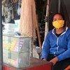 Mulher em Madagáscar vendendo cartões de celular pré-pagos