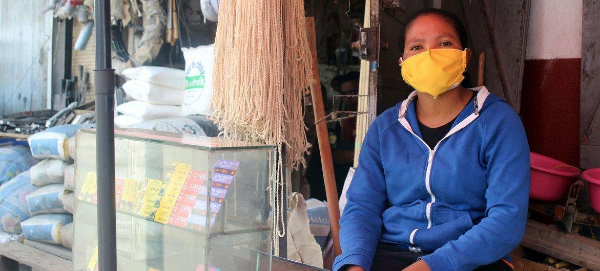 Une femme devant son magasin vendant des cartes téléphoniques pré-payées à Antananarivo, à Madagascar.