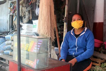 سيدة تدير محلا صغيرا لبيع شرائح الهواتف النقالة في أنتناناريفو بمدغشقر.