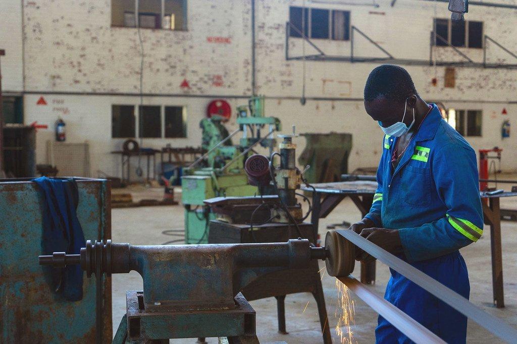 Un homme travaille dans une usine assemblant des lits à Bulawayo, au Zimbabwe.