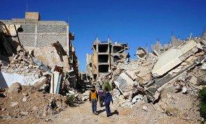 Des garçons marchent la vieille ville de Benghazi en Libye.
