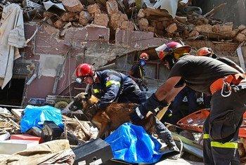 Equipes de salvamento em ação depois da explosão de 4 de agosto em Beirute.
