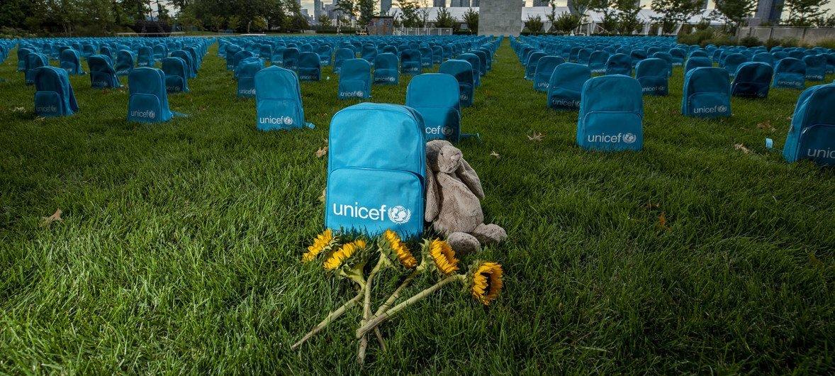 儿基会在联合国纽约总部大楼北草坪上揭幕的装置作品突出展示了2018年儿童死于武装冲突事件的严重程度。