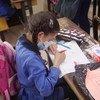Эксперты советуют школьникам и учителям носить маски и сохранять физическую дистанцию в один метр.