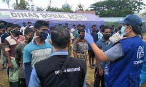 Refugiados rohingyas chegando em Aceh, na Indonésia, depois de meses no mar