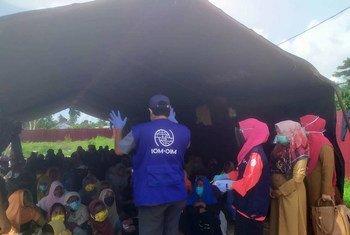 لاجئون من الروهينجا يفدون إلى ساحل آتشيه في شمال إندونيسيا، بعد أن أمضوا سبعة أشهر في البحر في ظروف مأساوية.