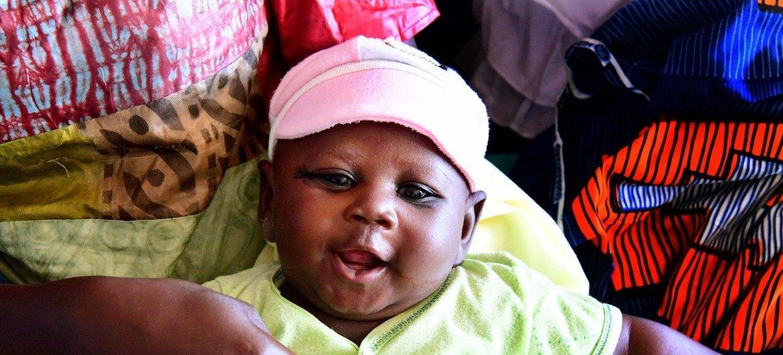 Ce petit garçon n'a pas peur d'être vacciné et continue à sourire, au centre de santé de Moussadougou, dans le sud-ouest de la Côte d'Ivoire.
