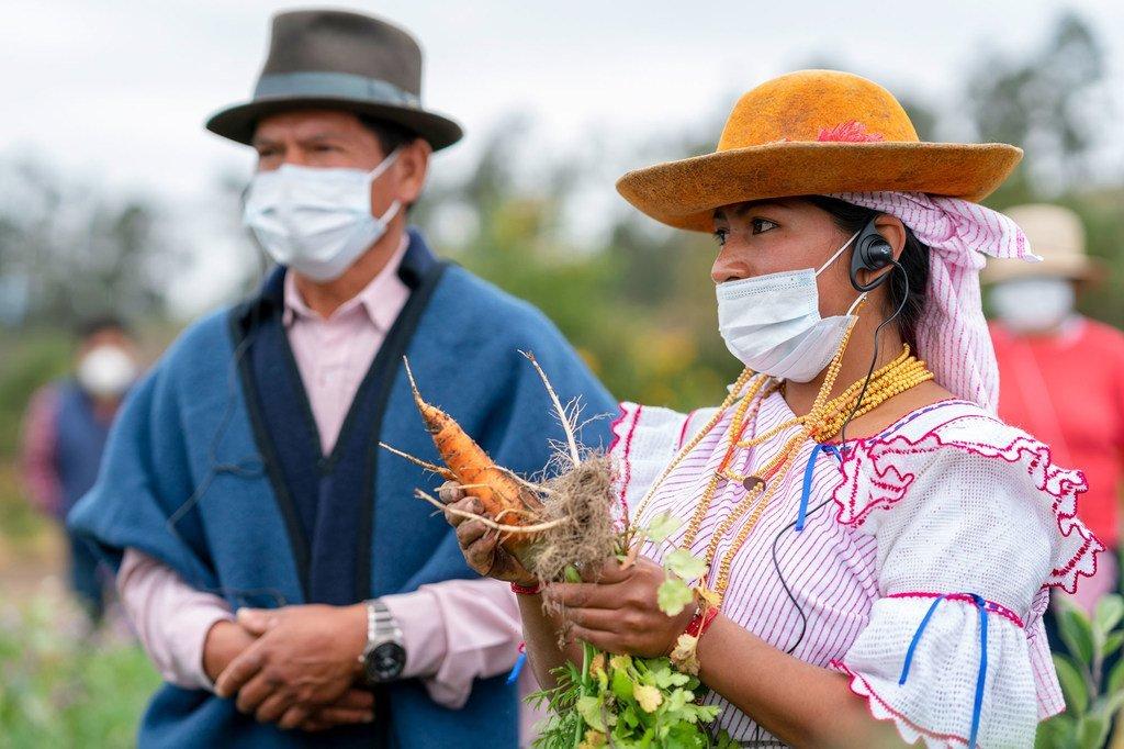 厄瓜多尔因巴布拉省的一个农场上一名年轻的土著领袖(右)。 她是粮食计划署小型农民协会支持项目的受益者,项目中64%的受益者都是妇女,她们大多生产新鲜食品。
