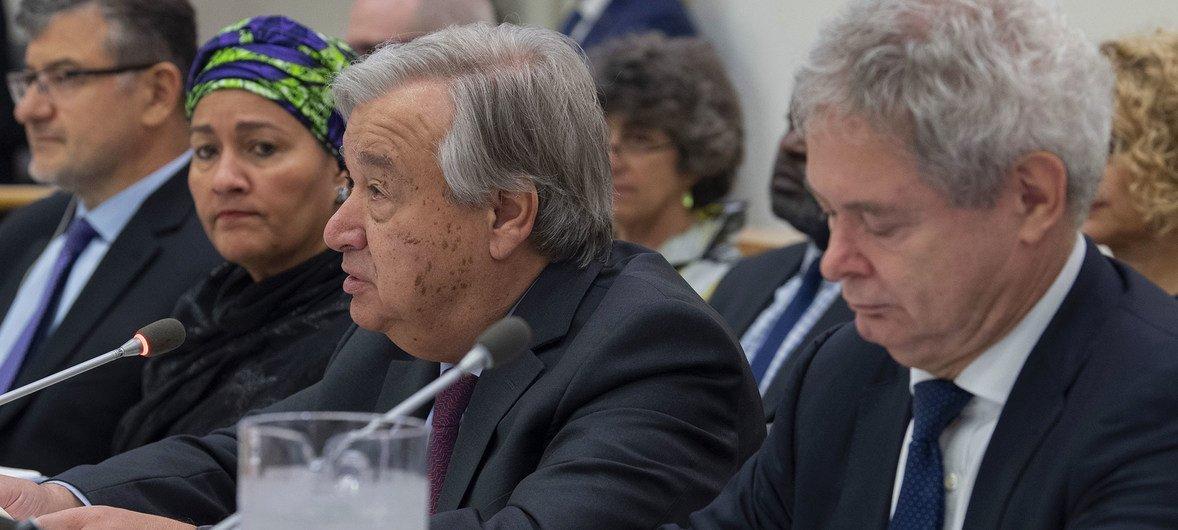 Katibu Mkuu wa UN António Guterres(katikati) akizungumza kwenye mkutano wa Kamati ya 5 ya Baraza Kuu la UN kuhusu mpango pendekezwa wa bajeti. (08 Oktoba 2019)