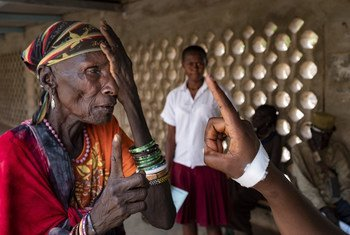 Une femme se fait examiner la vue dans une clinique au Kenya