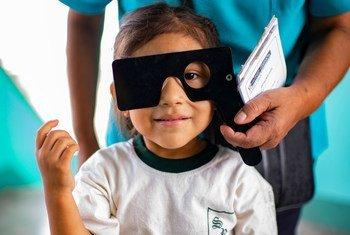 Una niña se somete a un examen otalmológico en su escuela de Lima, en Perú. (Marzo de 2018)