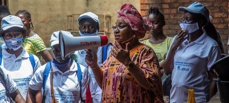 中非共和国的性别问题活动家莉娜·埃科莫在关于妇女、和平与安全的安理会在线会议上发言。