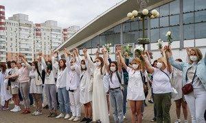 Des femmes manifestantes se tiennent la main en signe de solidarité au sujet de l'élection présidentielle contestée au Bélarus.