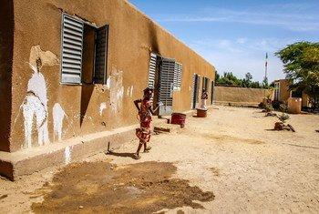 Msichana akimbia nje ya shle katika jamii ya Korioume nchini Mali ambako watoto wankosa vifaa muhimu vya shule. Sehemu ya shule imeshambuliwa.