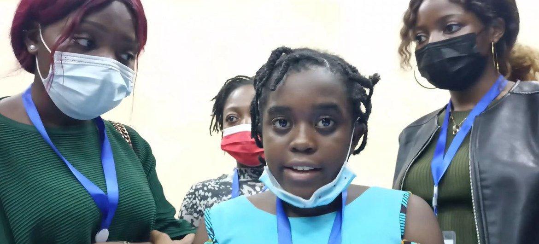 12 वर्षीया हप्पी तियेन्तचेयू (मध्य) उनकी टीम द्वारा विकसित प्रणाली के बारे में जानकारी दे रही हैं.