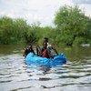 दक्षिण सूडान में भारी बाढ़ के दौरान बच्चों ने प्लास्टिक की बोतलों से अपनी नाव तैयार की है.