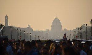 在印度新德里,人们因高度空气污染而呼吸困难。