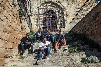 Grupo de menores migrantes no acompañados en una iglesia abandonada en Sicilia, Italia. La mayoría de ellos fueron trasladados a esta pequeña aldea sin posibilidad de elección.