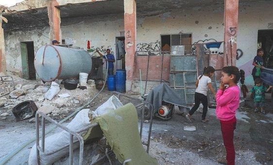 Em Binnish, na Síria, deslocados internos de Idlib vivem em uma escola destruída