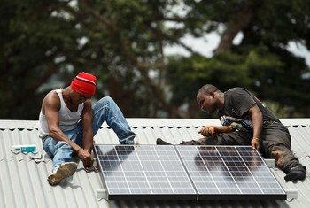Un panneau solaire est fixé sur le toit du centre de santé du village de Gbandiwlo, en Sierra Leone.