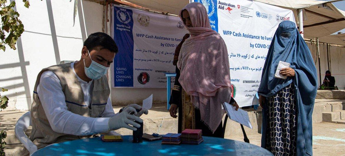 يقدم برنامج الأغذية العالمي في أفغانستان المساعدة النقدية للأسر الضعيفة