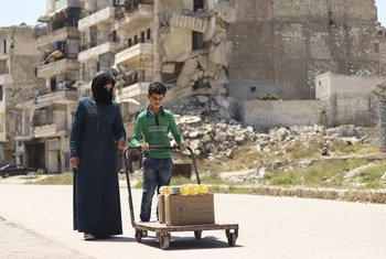 In Aleppo, Syria, WFP distributes monthly rations to help vulnerable families stay healthy during the COVID-19 pandemic.