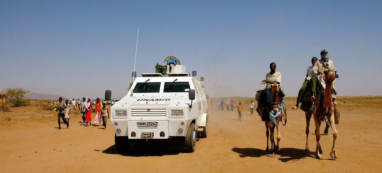 Ujumbe wa Umoja wa Mataifa wa kuweka utulivu, Darfur, UNAMID wakifanya doria Shangil Tobaya Kaskazini mwa Darfur, Sudan.
