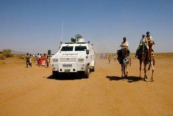 Des soldats de la paix de la MINUAD patrouillent à Shangil Tobaya dans le Nord-Darfour, au Soudan.