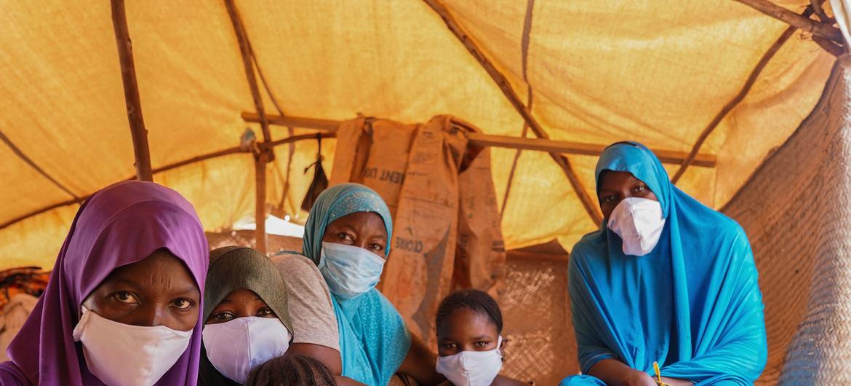 Des femmes migrantes et leurs enfants à Niamey, au Niger