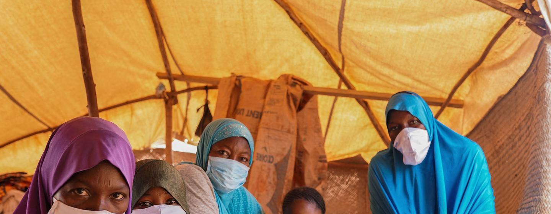 Wanawake wahamiaji na wanao kwenye kituo cha karantini Niamey, Niger.