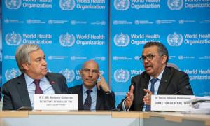 Secretário-geral da ONU, António Guterres (à esquerda), com o diretor-geral da OMS, Tedros Adhanom Ghebreyesus, em uma coletiva de imprensa em Genebra.
