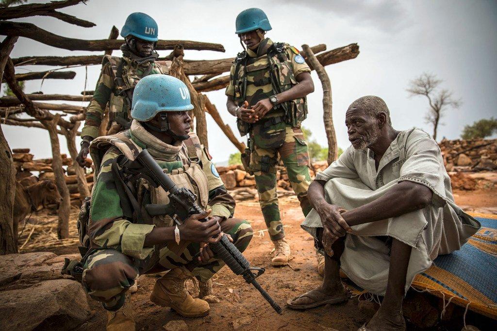 Des Casques bleus de la Mission des Nations Unies au Mali (MINUSMA) patrouillent des zones sensibles, dans le centre du pays (photo d'archives).