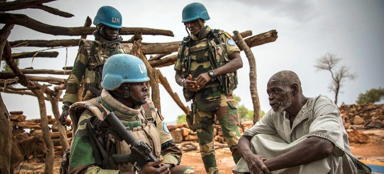 Des Casques bleus de la Mission des Nations Unies au Mali (MINUSMA) patrouillent des zones sensibles, dans le centre du pays