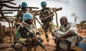 联合国马里稳定团来自塞内加尔的维和人员正在该国中部深受暴力影响的莫普提地区执行巡逻任务,并与当地百姓交谈。
