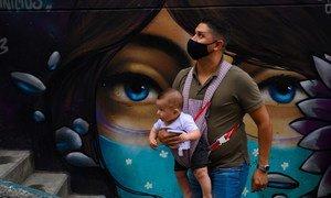 """哥伦比亚麦德林著名的""""第13区""""。这里曾经是全球最危险的地区之一,充斥着犯罪团伙和毒贩,连本地人都不敢踏足。如今这里已经改头换面,转而以丰富多彩的街头艺术、涂鸦和壁画而受到游客的欢迎。"""