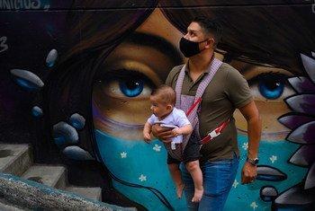 Un padre con su hijo durante la pandemia COVID en la comuna 13 de Medellin, en Colombia.