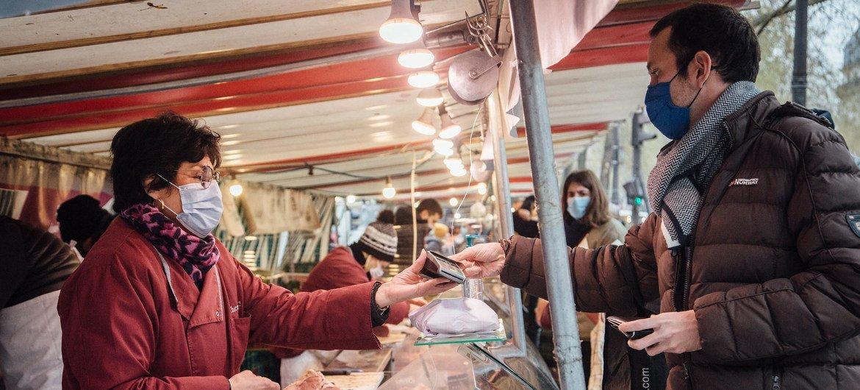 法国一家市场内的女摊主正在经营肉铺。