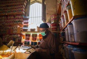 कोविड-19 महामारी के दौरान पाकिस्तान के कराची शहर में एक सब्ज़ी विक्रेता.