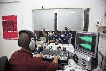 Alumnos del Colegio Andalucía durante un programa en Radio Abierta, una radio comunitaria que atiende a un barrio pobre de Sevilla, en el sur de España.