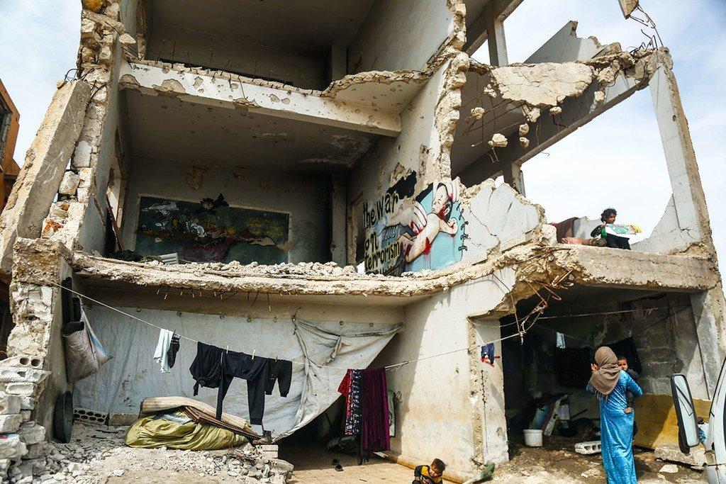 Familia 16 zinaishi katika shule iliyoharibiwa nchini Syria.