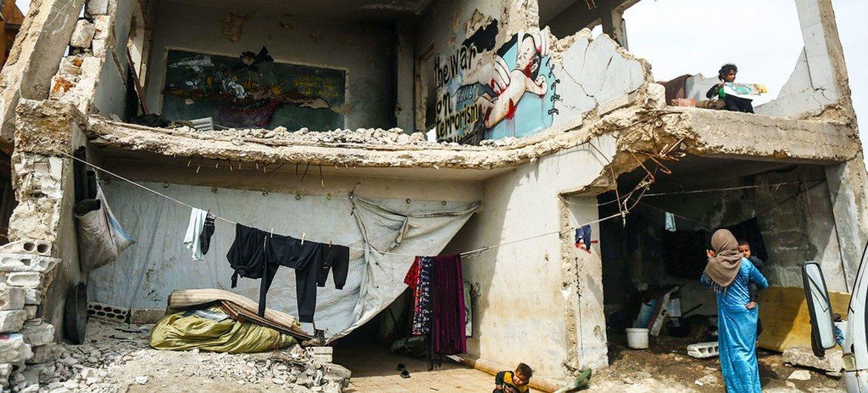 16 أسرة تعيش في مدرسة مدمرة بسوريا.