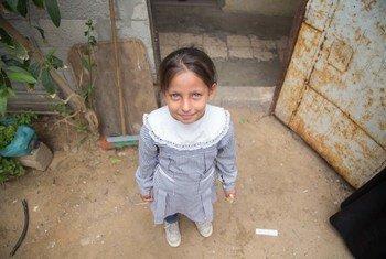 Une jeune fille se tient devant sa maison dans le camp de réfugiés palestiniens de Khan Younis à Gaza.