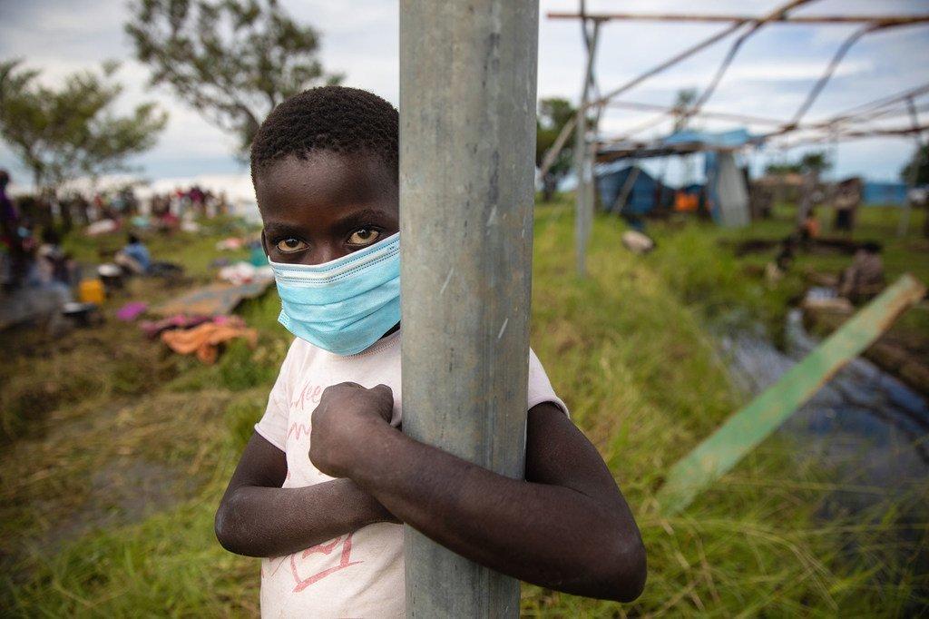 Después de que sus casas fueran destruidas por el ciclón Eloise, niños y sus familias tuvieron que ser realojados temporalmente en un centro de reubicación en Mozambique.